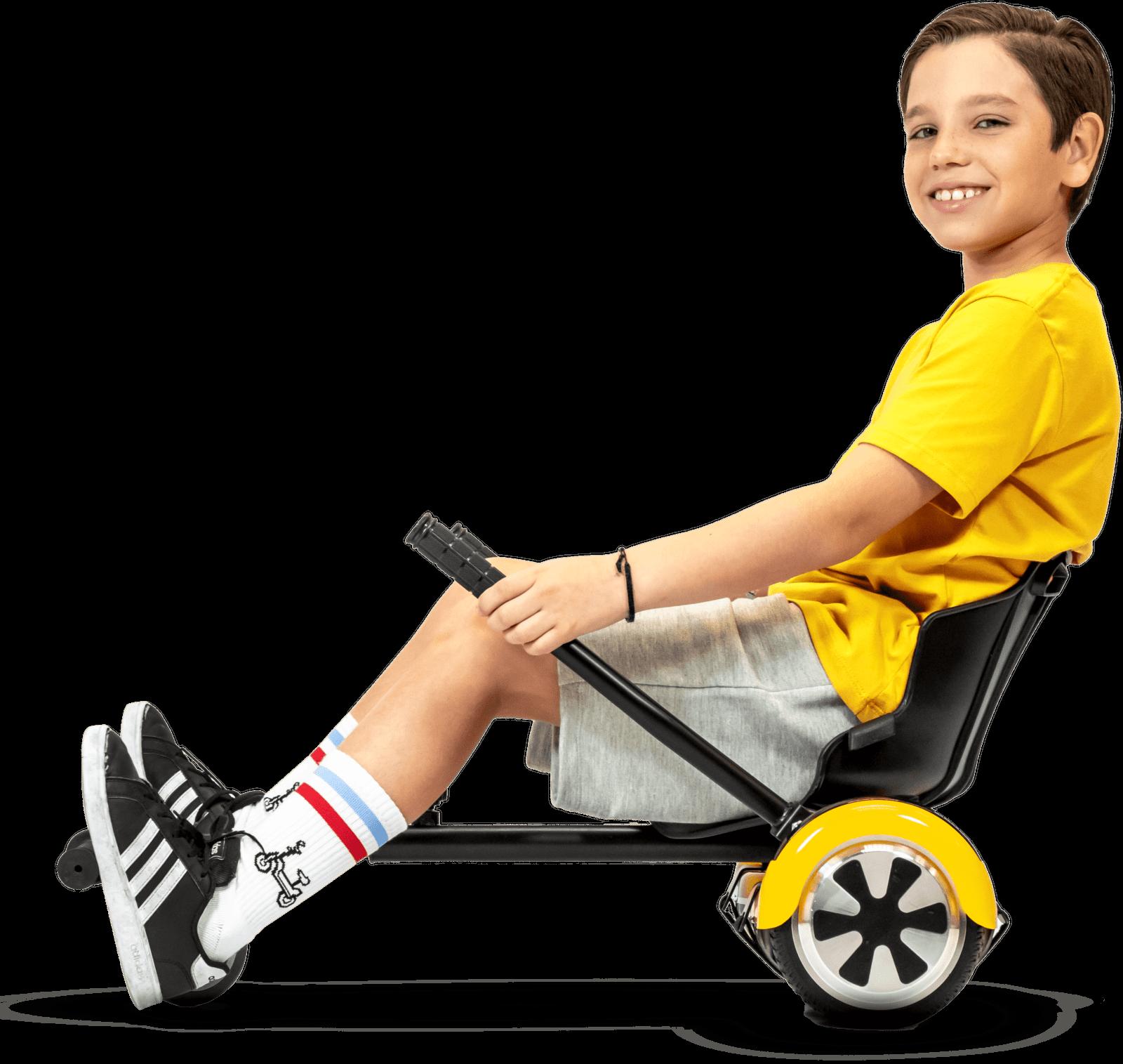 menino demonstrando uso de Carrinho Go Kart para Hoverboard