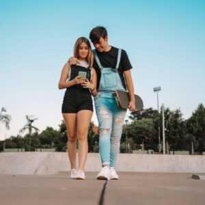 AME: casal jovem fazendo compra online